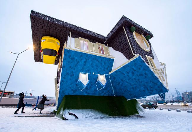 莫斯科有幢倒置小屋 仿佛一个逆世界