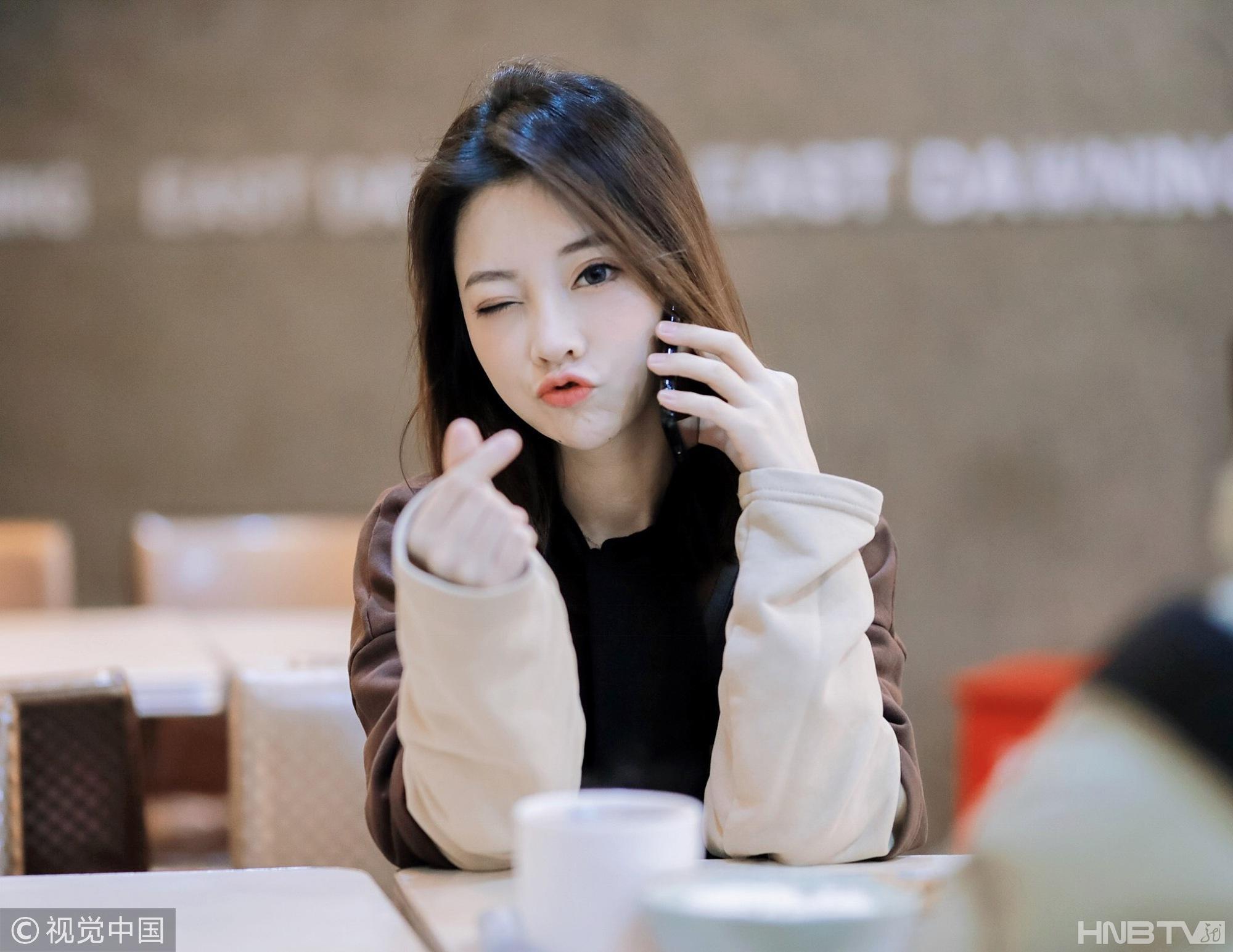 冯提莫甜美wink加比心可爱无敌 一袭黑长裙乖巧满分又气质