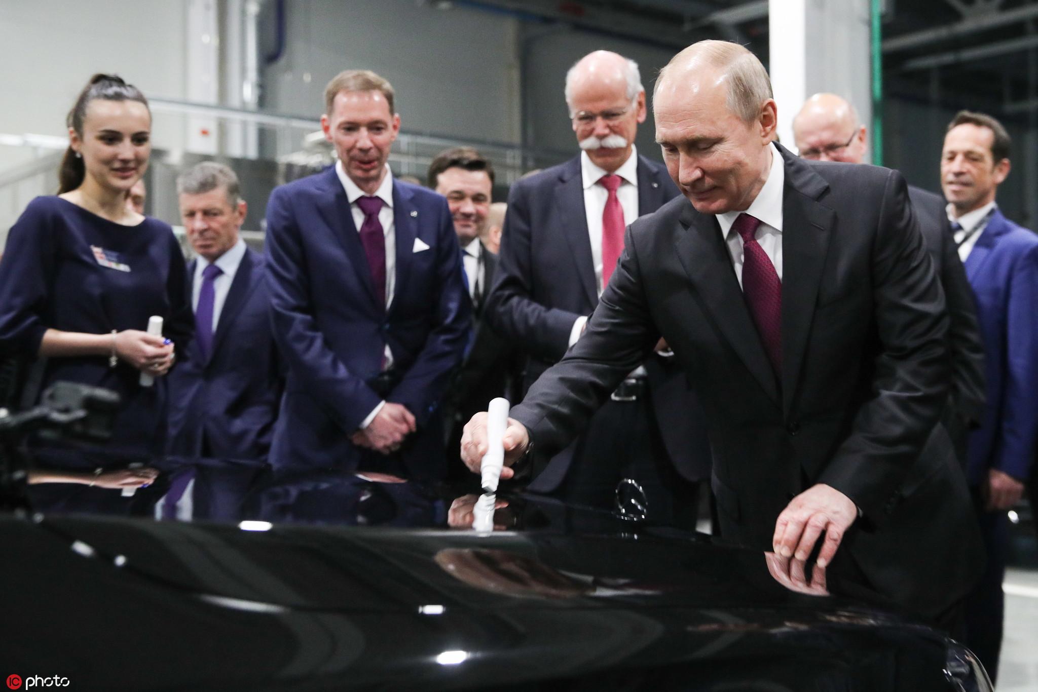 普京出席奔驰汽车新工厂投产仪式 在车盖上签名