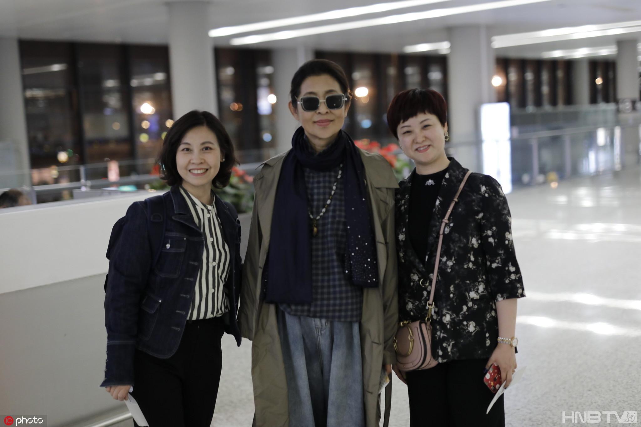 倪萍和路人亲切合照毫无架子 打扮文艺风衬气质