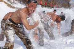 """黑河:边防侦察兵赤膊""""雪浴"""" 不惧严寒血性十足"""