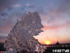 哈尔滨松花江冰层融化 夕阳下冰晶散发耀眼光芒
