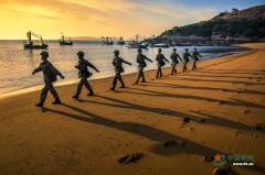 沙滩晚霞 战士在海防线上走出大片即视感
