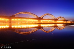 哈尔滨松花江水位大幅上涨 夜晚江面光影迷人