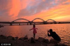 哈尔滨:松花江畔现瑰丽晚霞 迷人景色引市民驻足拍照(组图)