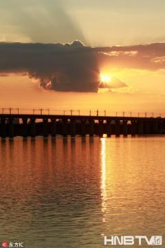 哈尔滨:夕阳把松花江涂成金色 好天气里市民江边漫步