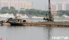 哈尔滨市松花江上清淤挖沙 方便船舶通行