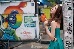 米露绿裙优雅现身涂鸦街头 眼神迷离慵懒性感