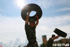 黑龙江:全民健身日 看军营型男秀肌肉群(组图)