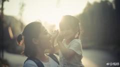 梅婷微博晒亲子照 阳光下和女儿玩亲亲超有爱