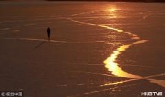 金色夕阳染黄寒雪 大江之中渔船冻结