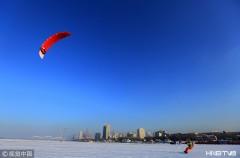 哈尔滨上演风筝滑雪 宛如雪上飞(组图)