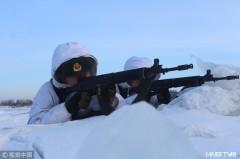 北部战区边防某旅组织官兵进行界江潜伏任务(组图)