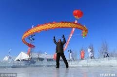 哈尔滨市民冰上舞空竹龙 享冬日乐趣(组图)