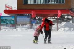 """哈尔滨:雪道大风掀起""""大烟炮"""" 滑雪发烧友享受美好时光(组图)"""