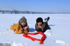 松花江白雪皑皑洁净如画 哈尔滨市民撒欢拍照(组图)