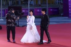 赵雅芝携小儿子亮相北影节 白裙优雅依然是不老女神