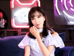 娄艺潇换新发型剪空气刘海 穿半身长裙甜笑显乖巧