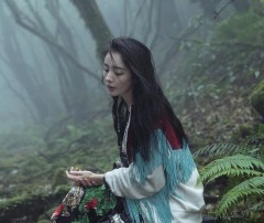 杨幂最新封面大片曝光 妆容淡雅森林间展现灵性一面