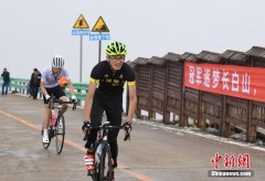 """百余自行车爱好者长白山天池上演""""速度与激情"""""""