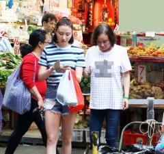 赌王三太与女儿何超云市场买菜 两人打扮休闲毫无架子