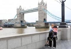 网友偶遇孙俪带俩娃游伦敦 左右各牵一个展超人妈妈力