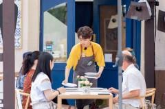 """《中餐厅2》王俊凯厨艺升级穿围裙帅炸天 白举纲推车买菜""""煮夫""""范十足"""