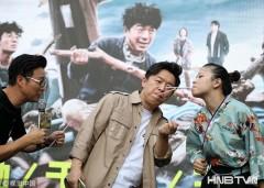 """黄渤与粉丝叼吸管""""亲密""""互动 携王迅南京卖力宣传人气火爆"""