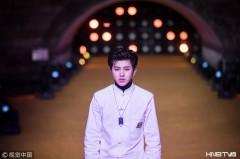 蔡徐坤T台首秀压轴成全球首个西湖走秀偶像 中国风盘扣白衣显古典气质潮帅