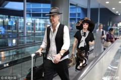 金星戴超大贵妇帽实力吸睛 与老公同框机场秀恩爱