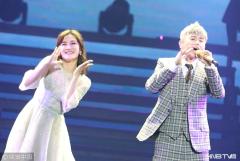 谢娜助阵老公张杰演唱会 台上献拥抱甜蜜唱跳变少女