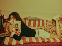 乔欣拍新写真复古俏皮 卧姿慵懒可爱变身周末少女