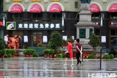 雨雪冰雹轮番来袭行人乱穿衣 哈尔滨一天过四季