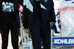马思纯口罩遮面现身机场低头疾走 穿拼色连帽外套玩运动风
