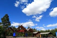 神州北极迎来旅游旺季 避暑胜地蓝天白云醉游人