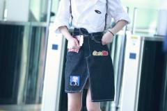 赵丽颖衬衣短裙清纯亮相机场秀筷子腿