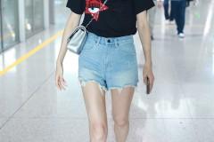 王鸥现身机场黑T热裤大秀美腿