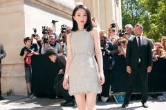 周迅亮相巴黎时装周 软呢短裙秀美腿灵气十足