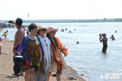黑龙江齐齐哈尔天气炎热 民众江边戏水消暑