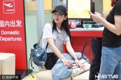 王鸥休闲style现身机场红唇抢镜