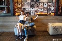 甄子丹携全家度假 娇妻女儿美腿长火辣性感
