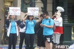"""哈尔滨志愿者街头高举提示牌 阻止""""中国式过马路"""""""