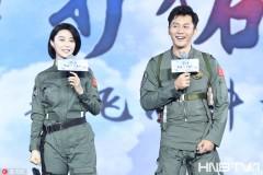 李晨出席电影《空天猎》发布会 范冰冰害羞捂嘴变身小女人