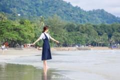 赵薇白衣蓝裙海边惬意散步 厨艺与衣品齐飞