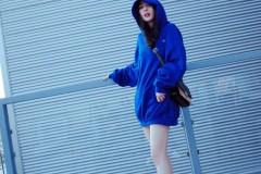 杨幂穿蓝色帽衫下衣失踪美腿白到发光 仍不露全脸