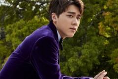 李易峰驾驭紫色西服走华丽风 标志性挑眉帅气十足