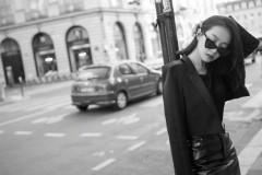 宋茜巴黎街头皮衣短裙 气场全开又不失俏皮可爱