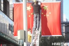 哈尔滨街边处处悬挂五星红旗 迎接国庆节的到来(组图)