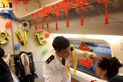 """哈尔滨:新人坐上高铁""""婚车""""去结婚"""
