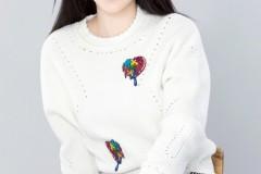柳岩穿白色毛衣超清纯 笑容甜美眼神勾人